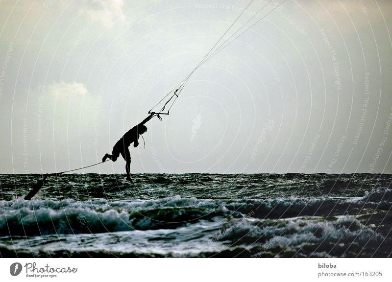 Himmelfahrtskommando eines Kiters Kiting springen Wellen Sport Wassersport Sturz hängen Wind Nordsee Freizeit & Hobby Leistung Freiheit wild Konzentration