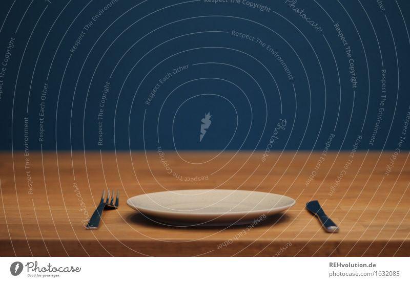 leer blau Einsamkeit Religion & Glaube Lebensmittel Tisch warten Armut Sauberkeit Freundlichkeit Küche Appetit & Hunger Geschirr Gesellschaft (Soziologie)
