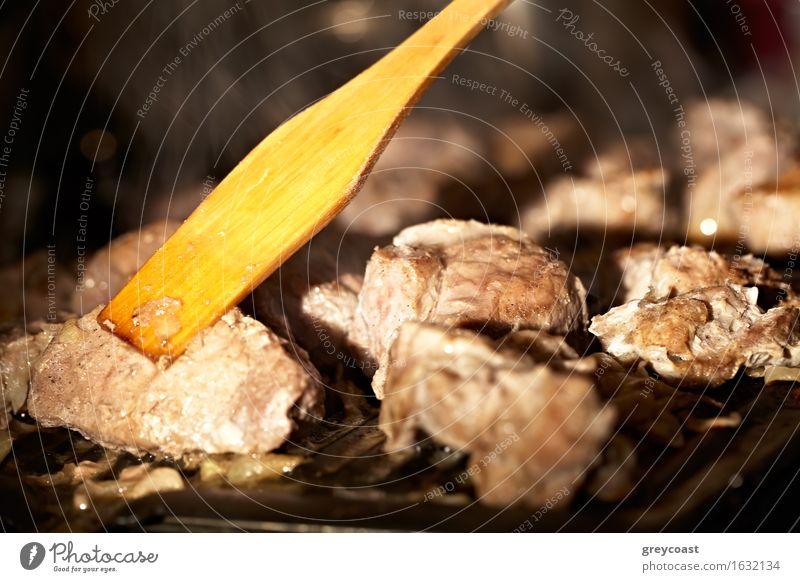 Fleisch auf dem Grill. Essen Abendessen Wohnung Küche Restaurant Wärme Herd & Backofen heiß lecker Barbecue drechseln berühren Braten Teile Hintergrund Holz
