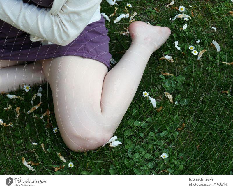 Schneeweißchen Frau Mädchen Beine Blüte Minirock Minikleid bleich sitzen hocken Knie Haut Sommer Zufriedenheit Beine Wiese Juttaschnecke nackt