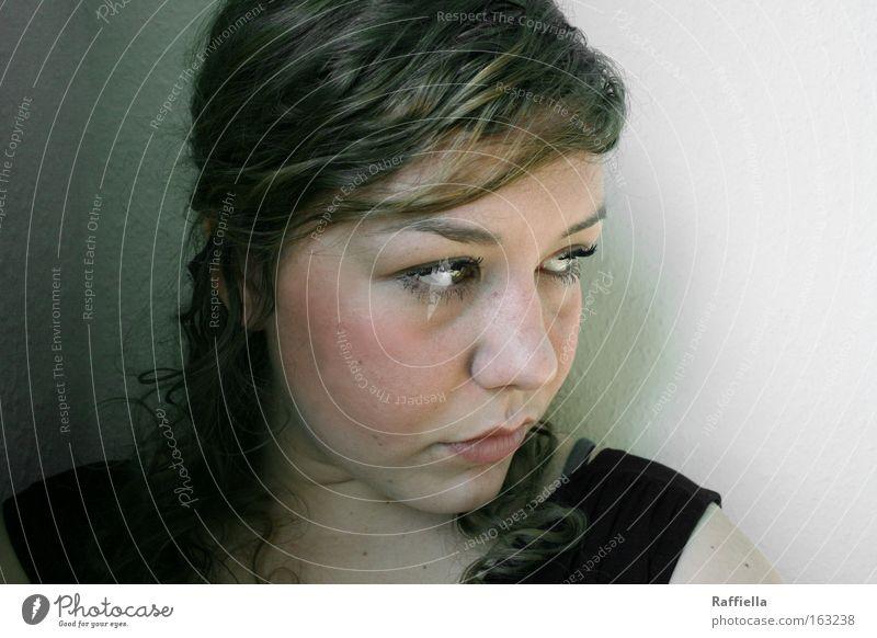 Más vale estar solo que mal acompañado. Jugendliche Gesicht Auge Einsamkeit feminin Haare & Frisuren Mund Erwachsene Nase Sehnsucht nachdenklich ernst