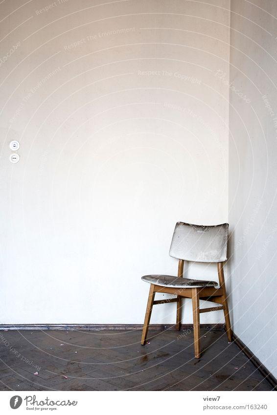 bisschen dreckig. Stuhl Sitzgelegenheit Möbel Holz Gestell alt Romanik vergessen Polster Stuhllehne Ecke Zimmerecke Raum Strukturen & Formen Ordnung Wand Putz