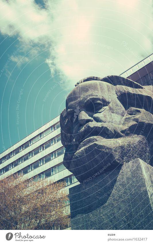 Mensch Karl! Stadt blau Umwelt kalt Architektur Gebäude grau Stein Stadtleben nachdenklich Kultur Platz Vergänglichkeit Beton historisch Macht