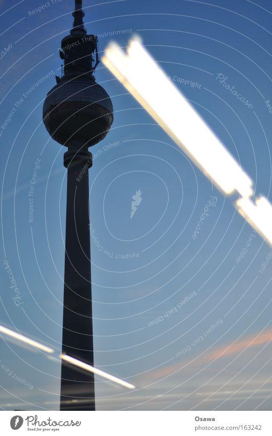 Saturn 1 Berliner Fernsehturm Alles Gute Alexanderplatz Architektur Reflexion & Spiegelung Glas Glasscheibe Schaufenster Lampe Leuchtstoffröhre Dämmerung