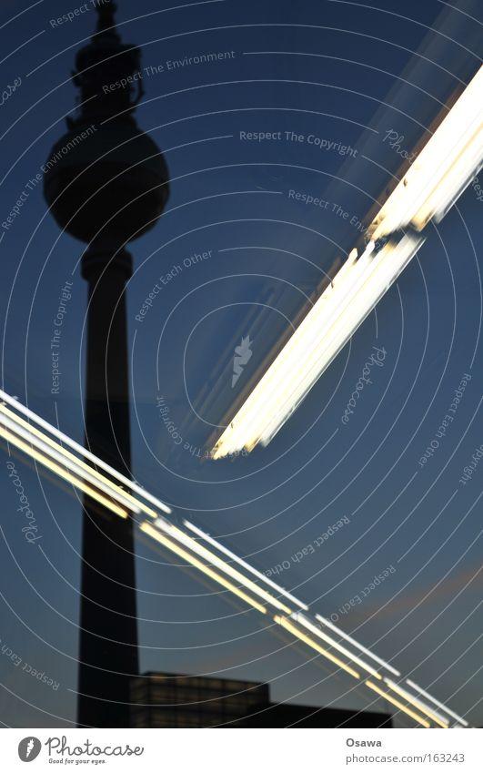 Saturn 2 Berliner Fernsehturm Alles Gute Alexanderplatz Architektur Reflexion & Spiegelung Glas Glasscheibe Schaufenster Lampe Leuchtstoffröhre Dämmerung