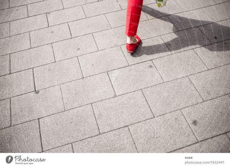 City Flitzer Frau Stadt rot Beine Mode gehen Schuhe Geschwindigkeit kaufen Fußweg Ziel Hose Dame unterwegs