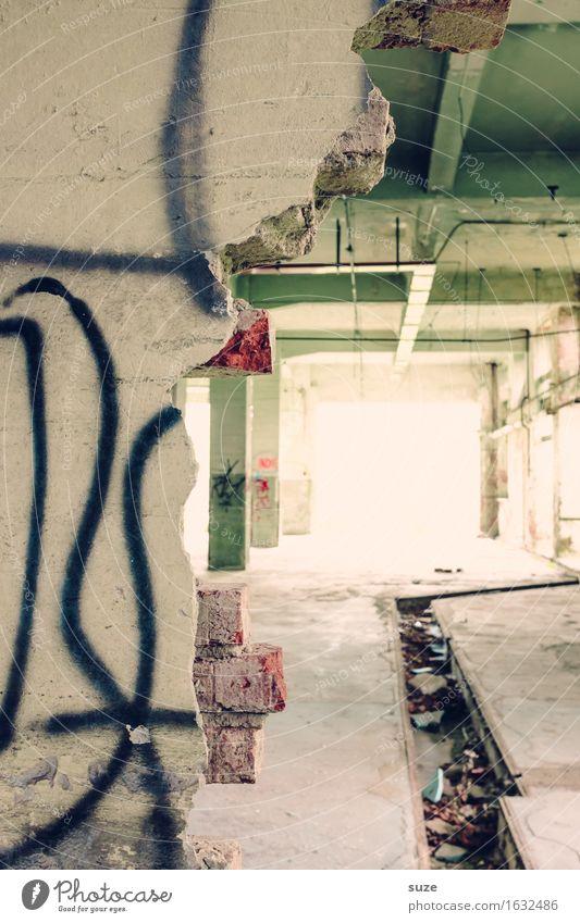 Lichtung Fabrik Ruine Tunnel Architektur Mauer Wand alt hell kaputt Stadt Einsamkeit Verfall Vergangenheit Vergänglichkeit Zukunft Unbewohnt Tunnelblick