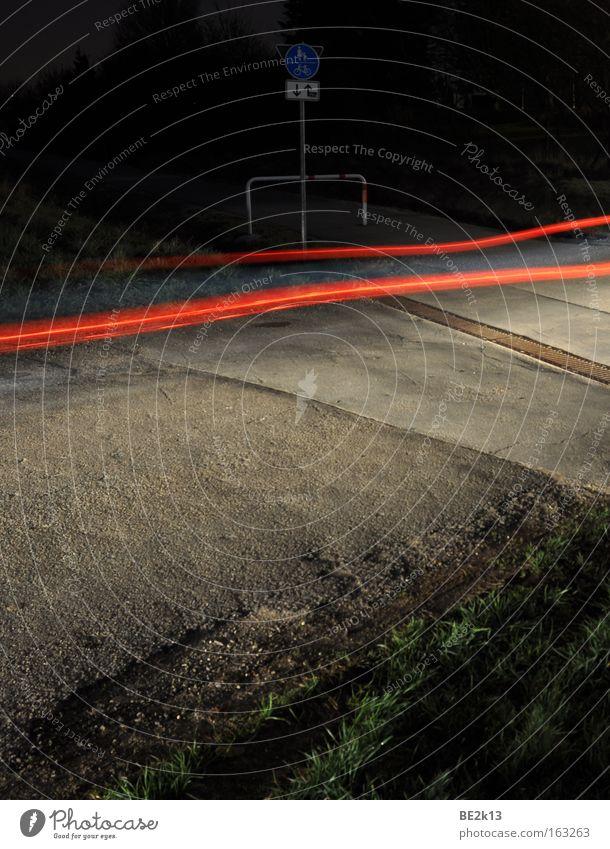 Da wenn einer kommt.... Nacht Rücklicht PKW Lichtstreifen Straße Straßenverkehr Bürgersteig Fahrradweg Barriere Öffentlicher Dienst Straßennamenschild