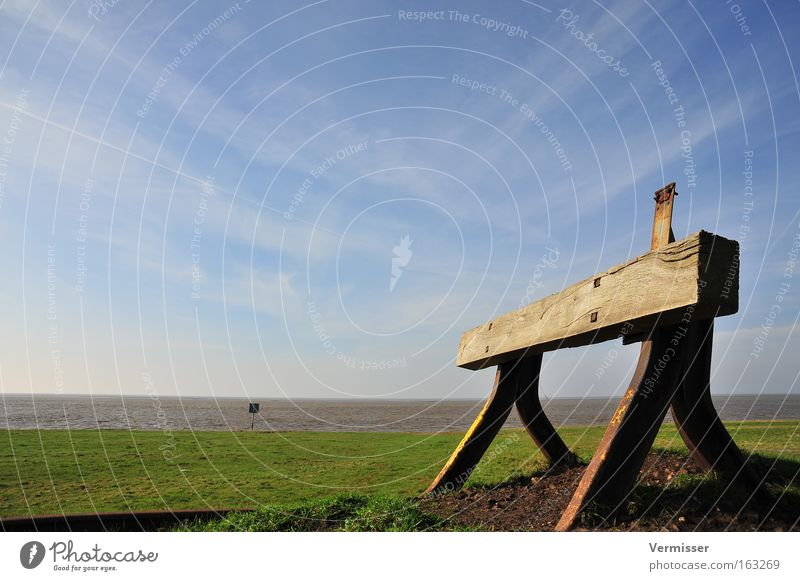Endstation Himmel Meer Gleise Wiese Küste Gras Aussicht Ferne Unendlichkeit Holz Rampe grün blau Frühling Stahl Rost Frieden