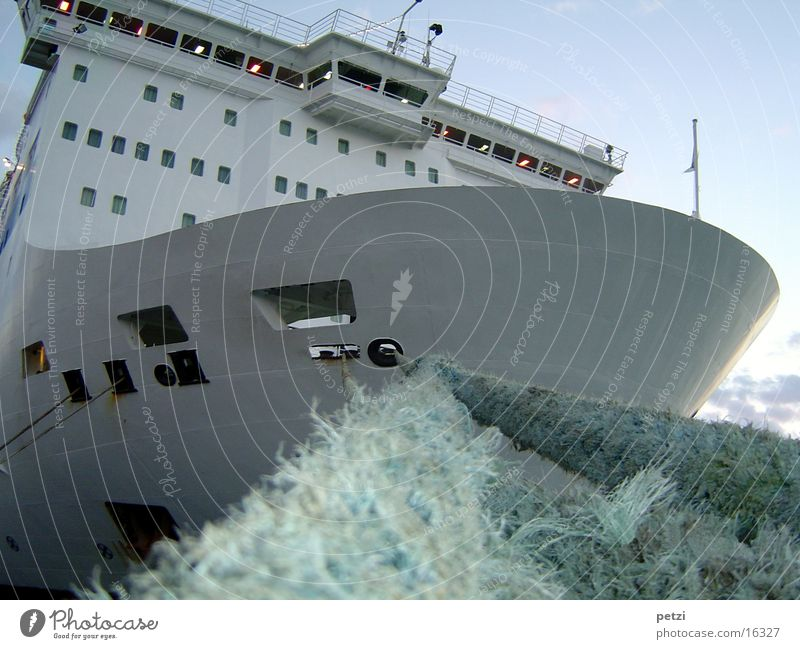 Fährschiff Wasserfahrzeug Fähre Seil verankern Schifffahrt festgemacht im Hafen vor dem auslaufen