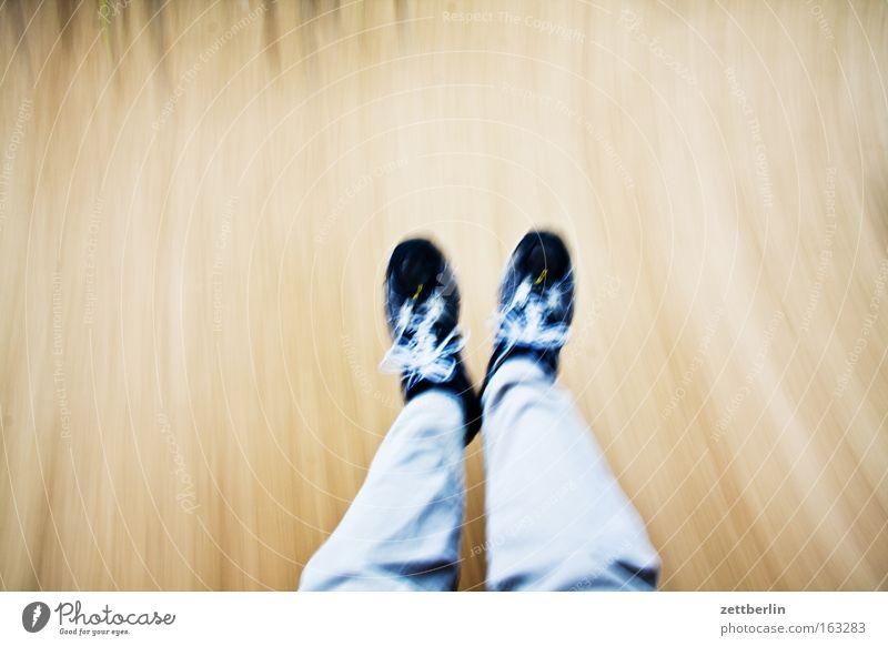 Schaukeln Spielen Bewegung springen Beine Fuß Schuhe Freizeit & Hobby laufen rennen Geschwindigkeit Dynamik Spielplatz Schwung Eile