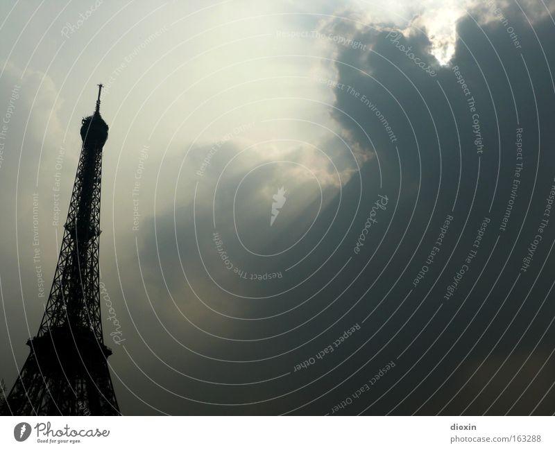 au revoir, Paris! Tour d'Eiffel Stahl Fachwerkfassade Gegenlicht Architektur monumental hoch gewaltig Funkturm Eisen Tourismus Wolken Sonne historisch