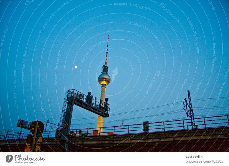 Fernbahn Himmel Stadt Berlin Verkehr Eisenbahn Mond Nacht Stadtzentrum Berliner Fernsehturm Fernsehturm S-Bahn Signal Öffentlicher Personennahverkehr Bahnanlage