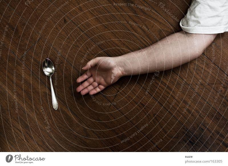 Löffel abgegeben Mensch Mann Hand Freude Erwachsene Tod Holz lustig Arme maskulin Finger Bodenbelag Boden Sturz Humor obskur