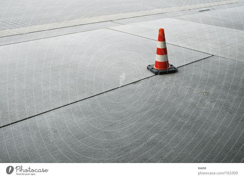 Ohne Kind mit Kegel Baustelle Platz Verkehrswege Straße Beton Verkehrszeichen Linie rot weiß kegelförmig Warnhinweis graphisch Warnschild Farbfoto Außenaufnahme