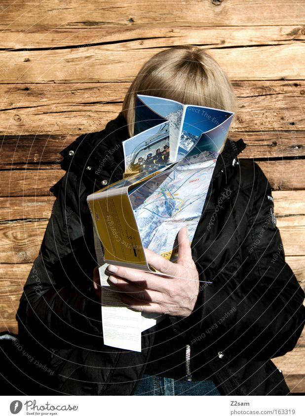 verplant Frau alt Hand Berge u. Gebirge Wärme Holz Freizeit & Hobby sitzen planen lesen Hütte Mensch Wintersport Landkarte Skipiste