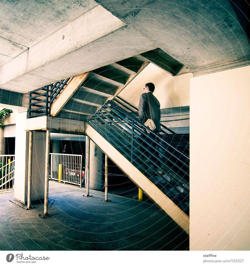 Aufsteiger Treppe Parkhaus Mann aufsteigen Karriere Beton Detailaufnahme Erfolg außentreppe