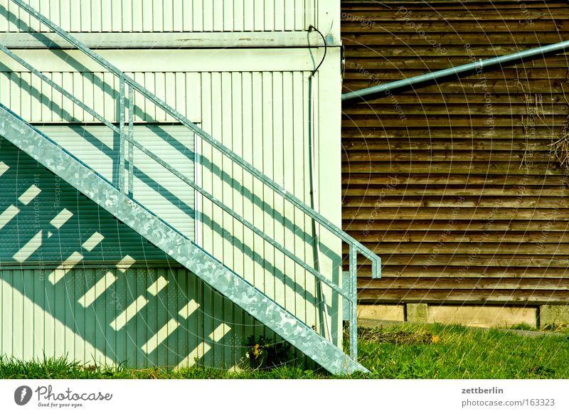 Treppe Karriere Treppengeländer aufsteigen Abstieg Wand Metallbau Container geschlossen Holz Schuppen Gebäude Gras Regenrinne Verschiedenheit Detailaufnahme