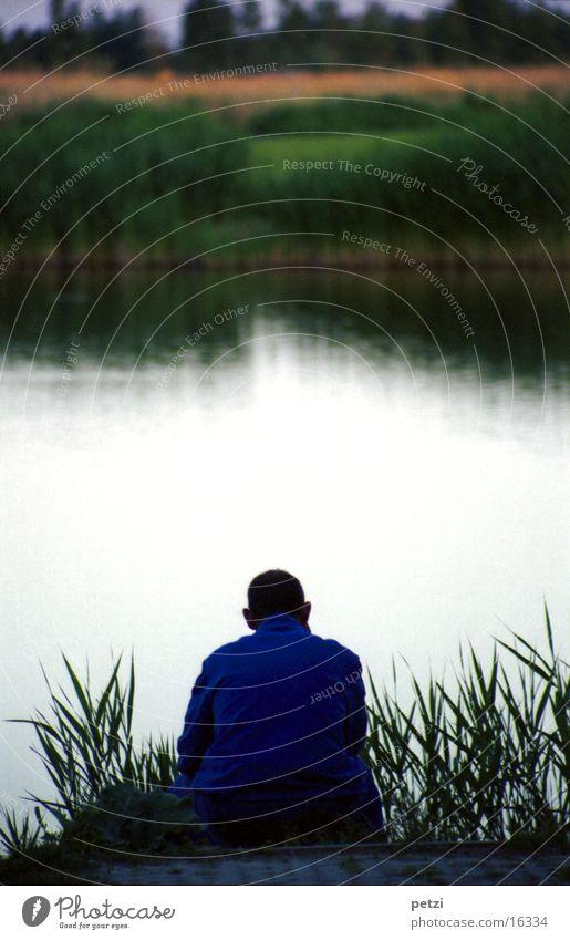 Silence ruhig See Abenddämmerung Sonnenuntergang Reflexion & Spiegelung Fischer Schilfrohr Gras Mann friedlich sitzen Rückansicht
