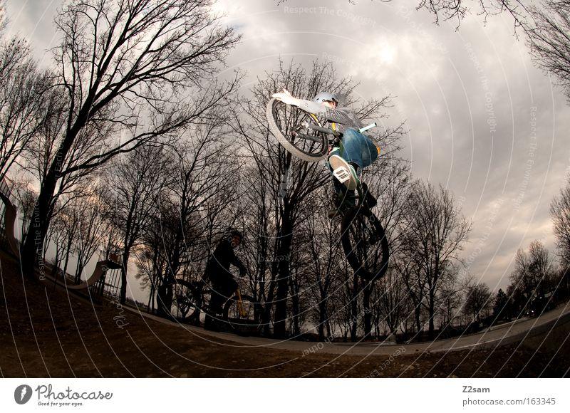 up in the sky Park Aktion Funsport Sport dunkel bedrohlich gefährlich Stil Coolness springen Mann Fahrrad dirt Air Trick Jump