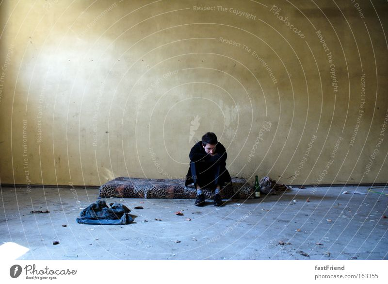 Kleider machen Leute? Mensch Jugendliche Einsamkeit Wand Traurigkeit dreckig Erwachsene maskulin Trauer Bodenbelag Vergänglichkeit Verzweiflung verloren Bett hart einzeln