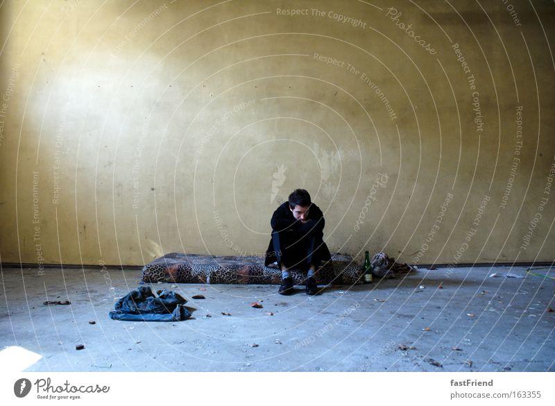 Kleider machen Leute? Mensch Jugendliche Einsamkeit Wand Traurigkeit dreckig Erwachsene maskulin Trauer Bodenbelag Vergänglichkeit Verzweiflung verloren Bett