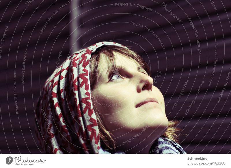 Mondsüchtig Frau Nacht dunkel Licht Kapuze kalt Wand blenden Gesicht Porträt oben Blick schön Himmelskörper & Weltall