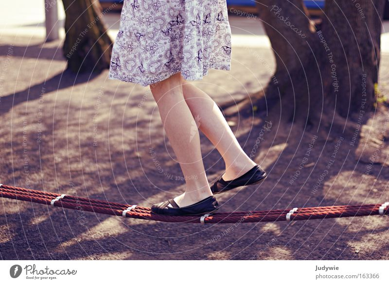 die Seiltänzerin Kind Jugendliche Mädchen Sommer Freude Spielen Frühling Zufriedenheit Tanzen Konzentration leicht Artist Balletttänzer Spielplatz Gleichgewicht