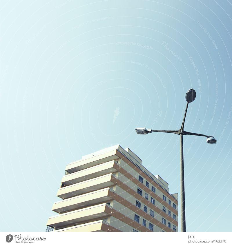 sunny tectonics Haus Gebäude Laterne Straßenbeleuchtung Himmel blau hell Schönes Wetter Stadt