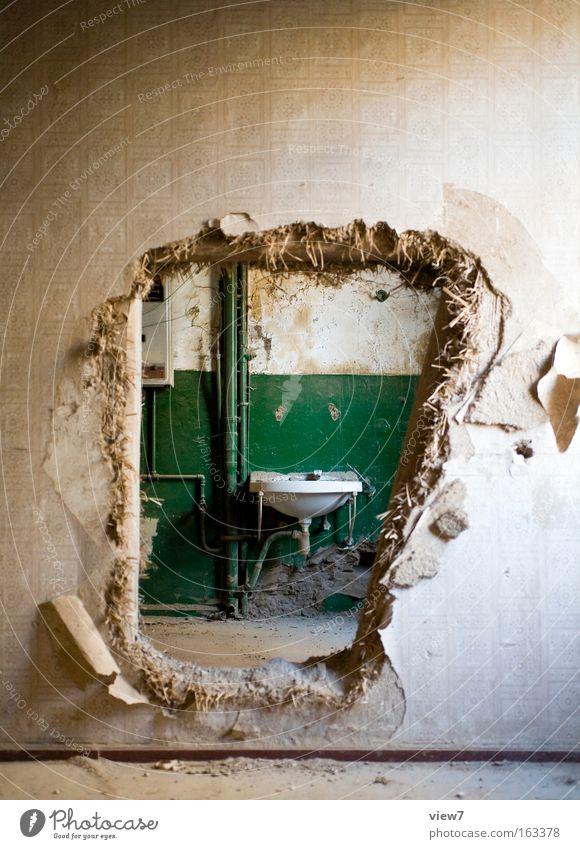 Abkürzung Raum Bad Mauer Wand alt authentisch einfach kaputt rebellisch braun grün Verfall Durchblick Durchbruch Loch Schaden Waschbecken obskur Farbfoto