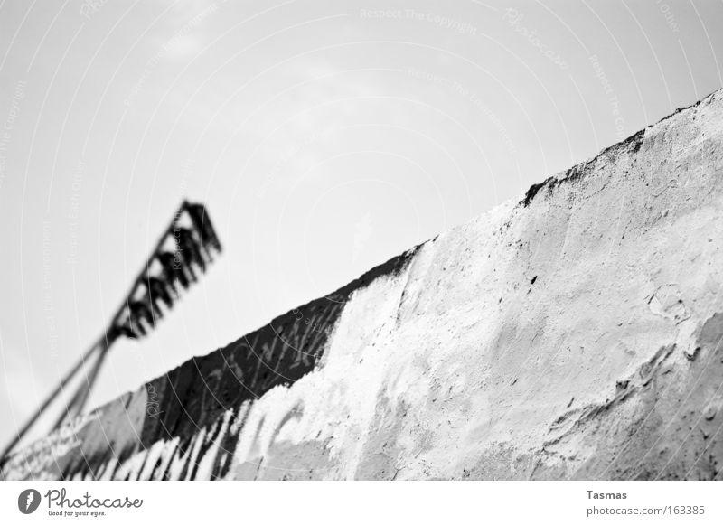 Vielschichtig Schwarzweißfoto Licht Mauer Wand Graffiti alt rebellisch Beleuchtung sprühen Interrail verfallen Mauerpark Gegenteil Zwei Welten