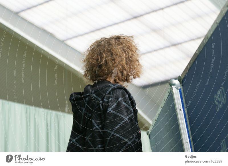 vor der Wand Mensch Jugendliche blau weiß schwarz Haare & Frisuren Kopf Denken Körper Freizeit & Hobby warten maskulin stehen Sicherheit Suche beobachten