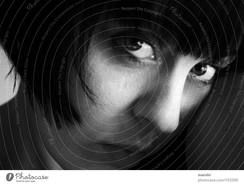 Ich vermisse ihn vermissen Sehnsucht Traurigkeit Frau Gesicht Porträt Gefühle Blick Trauer Verzweiflung Schwarzweißfoto Potrait face Auge schwarz und weiß