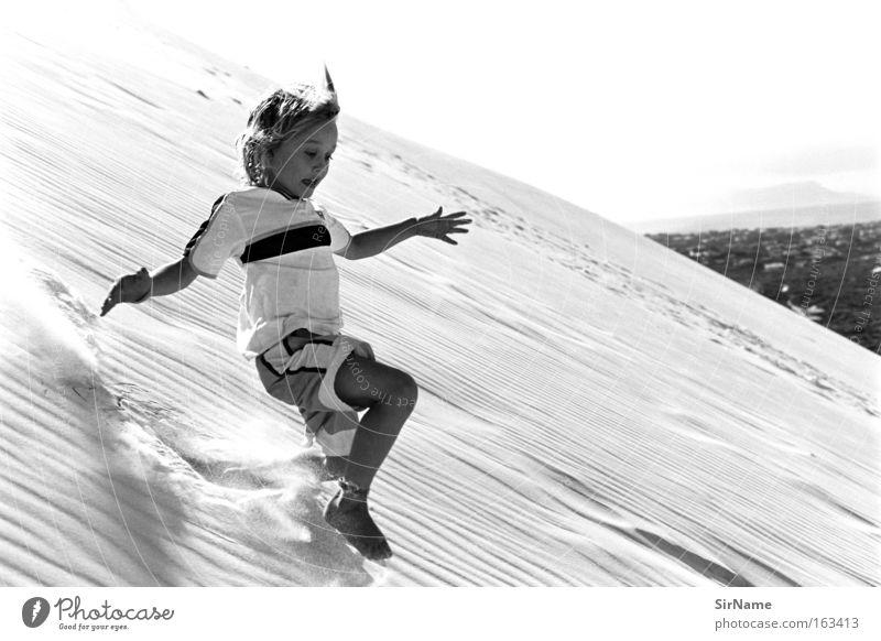 82 [kurz vor rolle] Kind Ferien & Urlaub & Reisen Sommer Freude Ferne Spielen Junge Freiheit fallen rennen Sturz Düne Stranddüne Abheben Absturz