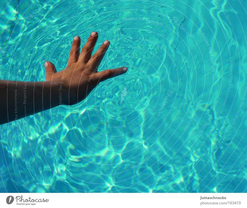 Soft Touch Hand Finger Kinderhand Wasser nass türkis spreizen berühren sanft Vertrauen Frieden 5 Juttaschnecke Schwimmbad