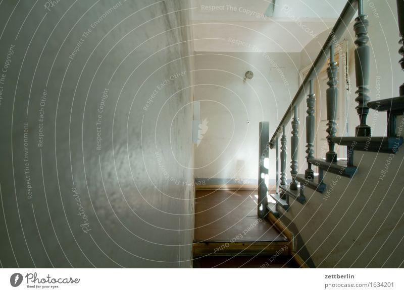 Erdgeschoss Sonne Haus Wand Mauer Wohnung Treppe Häusliches Leben Textfreiraum Wohnhaus Treppenhaus Treppengeländer Etage Altbau Treppenabsatz Einladung Mieter