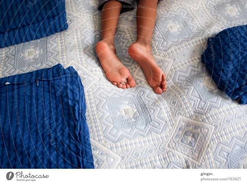 Jet-Lag Mensch Kind blau weiß dunkel Junge Beine hell Fuß liegen Raum maskulin schlafen Bettwäsche Teilung Müdigkeit