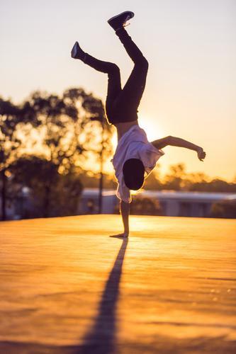 Mensch Jugendliche Sommer Junger Mann Freude 18-30 Jahre Erwachsene Bewegung Sport Lifestyle Tanzen Fitness Straßenbeleuchtung Sommerurlaub Sport-Training