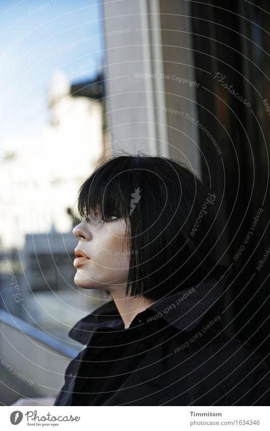 Karl ist interessiert. Stadt blau schwarz Wand Mauer grau warten Coolness Kunststoff bewegungslos Mantel Schaufensterpuppe Perücke