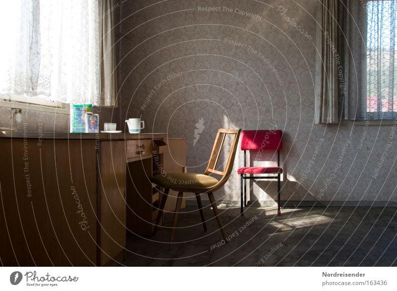 Frühstück alt Sonne Einsamkeit Fenster Farbstoff Büro Raum Wohnung Ordnung Armut außergewöhnlich Lifestyle Kaffee trist Häusliches Leben Stuhl