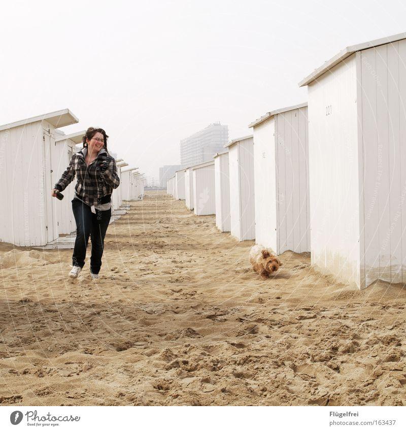Auf der Zielgeraden Freude Glück Freiheit Strand Meer Mensch Jugendliche 1 Natur Sand Himmel Küste Nordsee Haus Strandhäuser Haustier Hund Tier rennen laufen