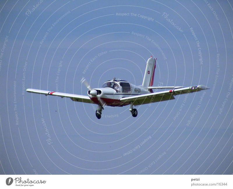 Im Landeanflug Himmel Luftverkehr drehen Passagier Propeller Steuerelemente Sportflugzeug Fahrwerk