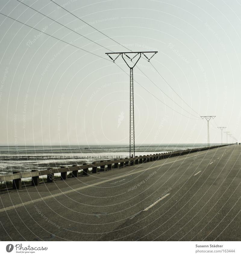 Römödamm I Rømø Überfahrt Elektrizität Strommast Telefonmast Straße Straßenverkehr Verkehr Schilder & Markierungen Spuren Geschwindigkeit Dänemark fahren Beton