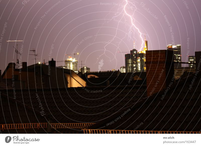 Elektrifizierung des Maintowers Flugzeug Hochhaus Elektrizität Bankgebäude Dach bedrohlich Blitze Gewitter Frankfurt am Main Unwetter Nacht Donnern