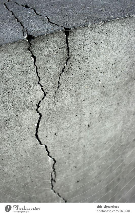 Reiß jetz bloß nich ab! Beton Riss Rost grau Zement gebrauchen alt Ecke kaputt verschlissen Spalte herzlos Detailaufnahme Wahrzeichen Denkmal Schwarzweißfoto