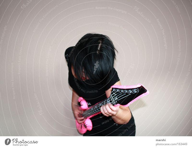 guitarhero Farbfoto Mensch feminin Frau Erwachsene Haare & Frisuren 1 Kunst Bühne Veranstaltung Show Musik Musik hören Open Air Musiker Gitarre Spielzeug trendy