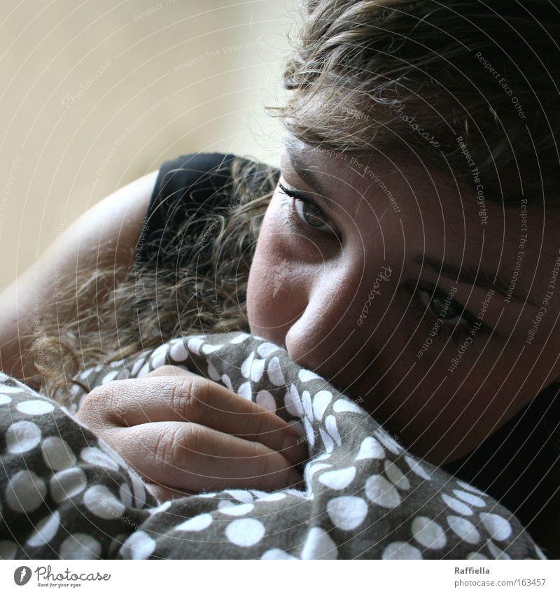 Träumer Hand Jugendliche ruhig Auge Einsamkeit feminin Gefühle träumen Kopf Erwachsene Nase Finger Trauer liegen Sehnsucht Verzweiflung