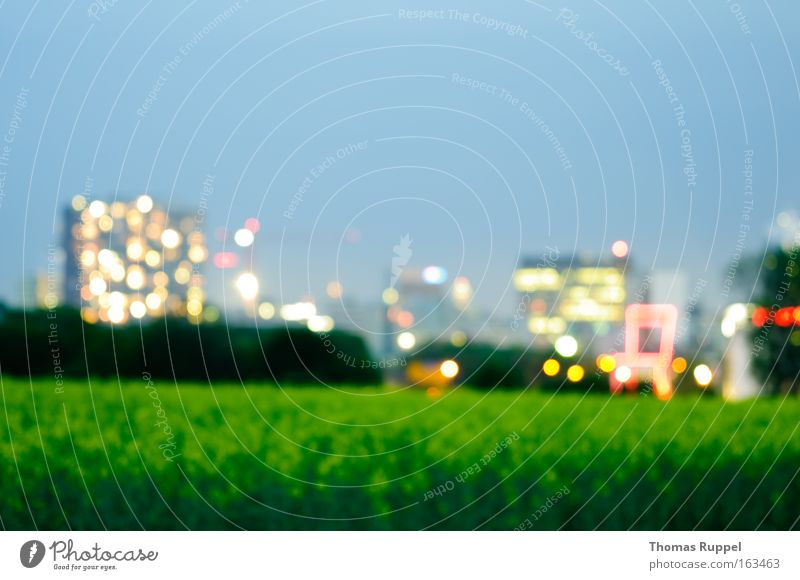 Lichter am Abend Himmel Baum grün blau Stadt Haus Gebäude Feld Architektur Deutschland Hochhaus Europa Skyline Stadtrand Bürogebäude Pastellton