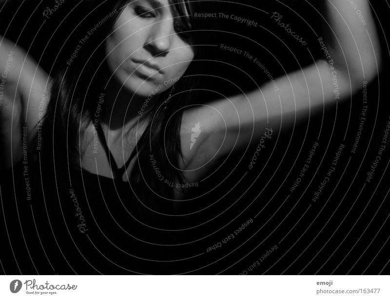 up and down Schwarzweißfoto Studioaufnahme Textfreiraum unten Hintergrund neutral Nacht Kunstlicht Kontrast Porträt Blick nach unten Wegsehen Gesicht Mensch