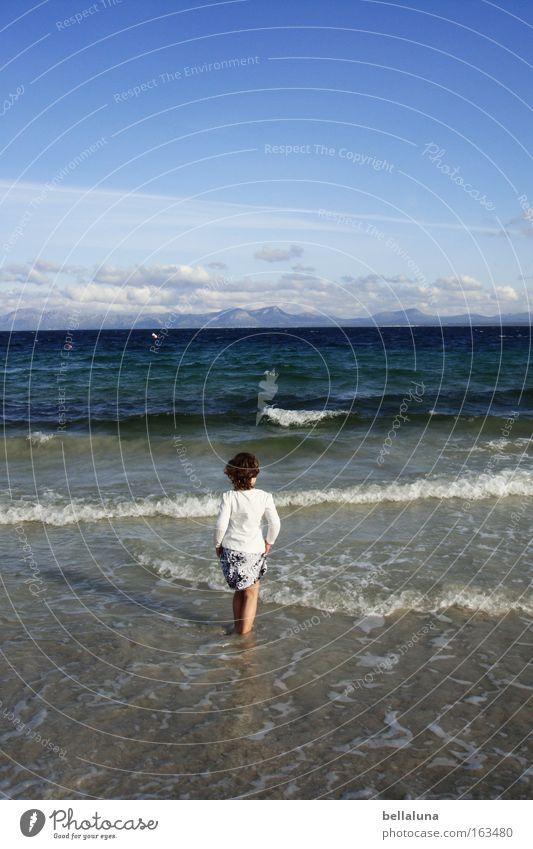 Das Mädchen und das Meer. Kind Himmel blau weiß Ferien & Urlaub & Reisen Strand Wolken Wellen Spaziergang Brandung Blauer Himmel Gischt Mittelmeer Wellengang